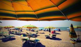 под парасолем на солнечном пляже стоковая фотография rf
