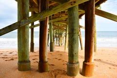 Под пристанью пляжа Flagler во Флориде стоковая фотография
