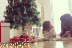 Под рождественской елкой стоковое изображение