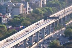 Под станцией и мостом метро конструкции в Дели стоковая фотография