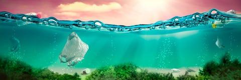 Под сценой воды с полиэтиленовыми пакетами и бутылками стоковое изображение rf
