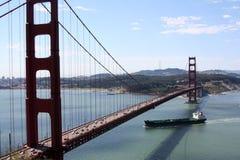 под топливозаправщиком строба моста золотистым Стоковые Фотографии RF