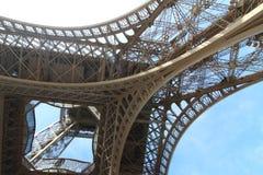 Под Эйфелевой башней в Париже стоковое изображение rf