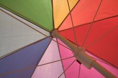 под ярк покрашенным зонтиком Стоковое Изображение