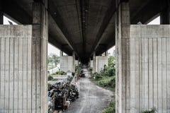 Под tollway грязным в Таиланде стоковая фотография