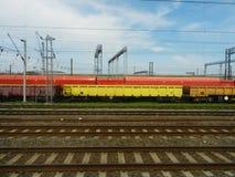 Поезда груза припарковали внешнее стоковое фото