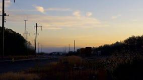 Поезда дороги воздушного туманного тумана утра утра ждать акции видеоматериалы