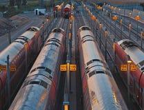Поезда на железнодорожном вокзале стоковые изображения