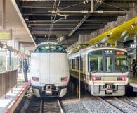2 поезда на платформе в Киото, Японии Стоковое Изображение