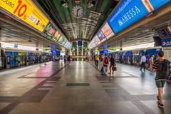 Поезда на станции Skytrain в Бангкоке Стоковые Фото