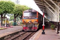 Поезда останавливают на станциях на железнодорожном вокзале Lampang в Lampang, Таиланде стоковое изображение