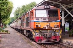 Поезда останавливают на станциях на железнодорожном вокзале Lampang в Lampang, Таиланде стоковые изображения rf
