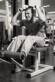 Поезда тренера фитнеса с гантелями стоковое изображение rf