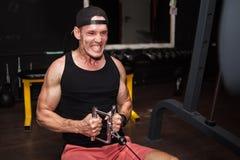 Поезда человека в спортзале с весами молодой парень делая тренировки для хороших мышц Деятельность тренера фитнеса личная Резвит  стоковое фото
