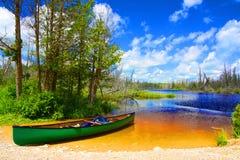 Поездка на рыбалку каноэ к озеру колокол, графству Брюс, Онтарио стоковое изображение rf
