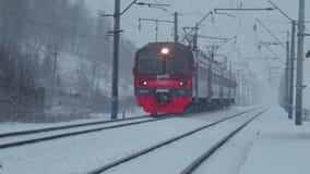 Поездки на поезде пассажира на железной дороге зимы сток-видео