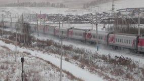 Поездки на поезде пассажира через деревню в зиме акции видеоматериалы