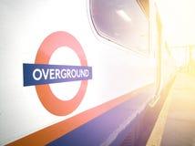 Поезд внутри станции, ЛОНДОН Overground, Великобритания - Стоковые Фото