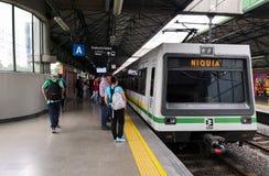 Поезд возглавленный к Niquia на станции Industriales Метро de Medellin, Колумбия стоковая фотография