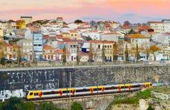 Поезд в городе Porto, Португалия стоковые изображения