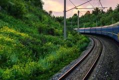 Поезд в движении и взгляде рельсов от экипажа стоковое изображение