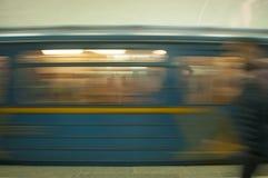 Поезд в движении в метро как абстрактная предпосылка стоковая фотография
