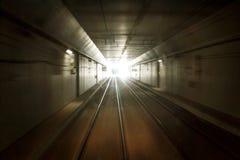 Поезд в темном тоннеле стоковая фотография rf