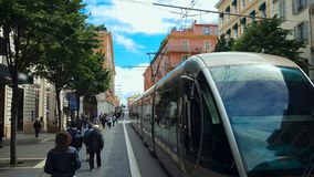 Поезд города двигая дальше железные дороги, дружественный к эко корабль, улицу людей славную, перемещение видеоматериал