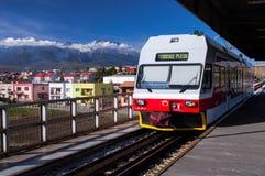 Поезд горы приезжая в железнодорожный вокзал Poprad Стоковые Изображения RF