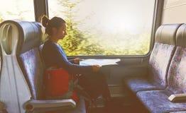 Поезд горы рюкзака путешественника женщины сидя смотря trave карты Стоковое Изображение