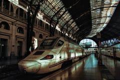 Поезд готовый для отклонения в Барселоне стоковые фотографии rf