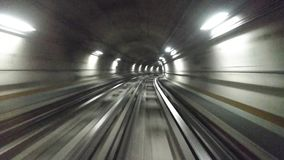 Поезд двигая в тоннель в метро города акции видеоматериалы