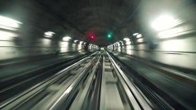 Поезд двигая в тоннель в метро города сток-видео