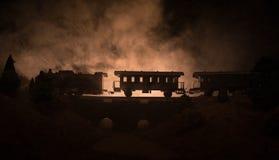 Поезд двигая в туман Старый локомотив пара в ноче Поезд ночи двигая дальше железнодорожное тонизированная туманная предпосылка ог Стоковая Фотография