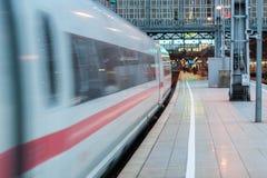 Поезд двигая далеко от станции стоковые изображения rf