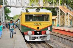 Поезд ждать на местной станции стоковые фотографии rf