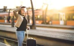 Поезд женщины ждать в станции Дама стоя в платформе стоковая фотография rf