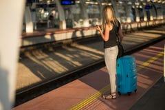 Поезд женщины ждать на платформе вокзала стоковая фотография rf
