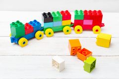 Поезд игрушки кубов lego на деревянной предпосылке воспитательно стоковая фотография