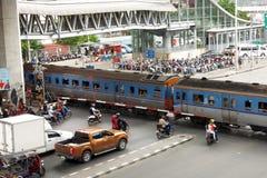 Поезд идет через дорогу стоковые изображения