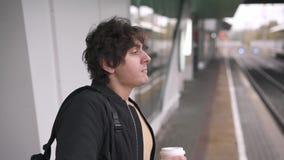 Поезд кофе человека выпивая ждать видеоматериал