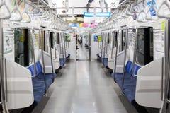 Поезд к Токио на линии Chuo-Sobu на 5am стоковые фотографии rf