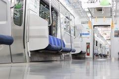 Поезд к Токио на линии Chuo-Sobu на 5am стоковое изображение