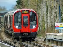 Поезд Лондона запаса S8 подземный приезжая на станцию Chorleywood на столичн стоковые фотографии rf