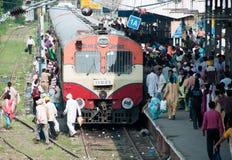 поезд людей Индии восхождения на борт стоковые изображения rf