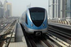 поезд метро Дубай стоковое изображение rf