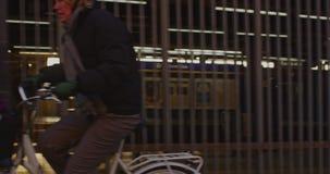 Поезд метро покидает платформу акции видеоматериалы