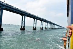 Поезд над морем! Rameswaram срочное на мосте Pamban стоковое изображение