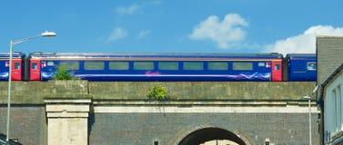 Поезд над мостом на Chippenham стоковое фото rf