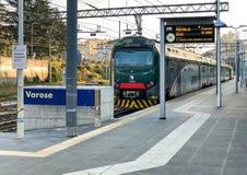 Поезд на вокзале в центре города, оно Варезе северном один из 3 железнодорожных вокзалов итальянского города Варезе стоковое изображение